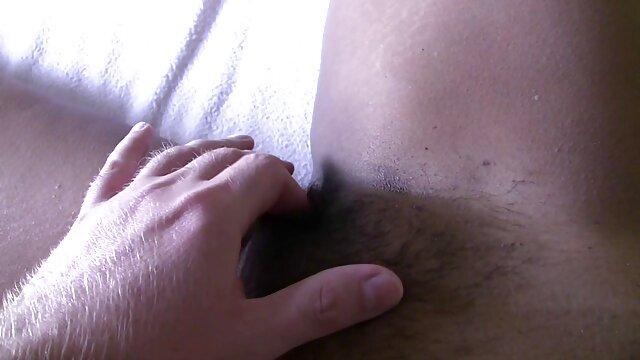 Plantureuse film porno filles vierge brune avec d'énormes seins naturels se masturbe