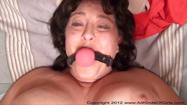 Black Stalion enfonce son gros outil dans la bouche d'une jolie fille video porn vierge